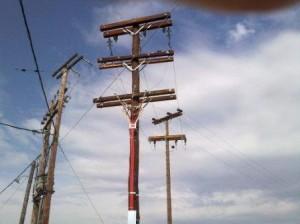 Die roten Kabel müssen noch angeschlossen werden dann ist die Anlage am Netz